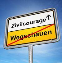 Auf dem Schild ist das Wort Wegschauen gestrichen. Das Wort Zivilcourage steht im Vordergrund.